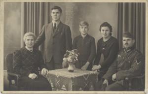 Philipp Weinheimer (2. v. l.) mit seinen Eltern und Geschwistern. Undatiert,